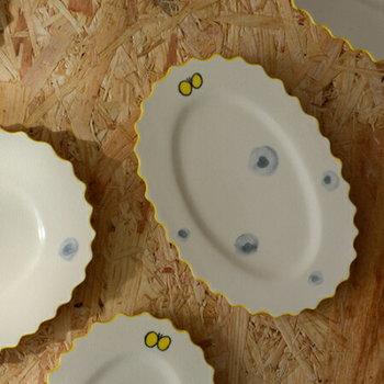 ひらひら可愛らしいフリルに、黄色い縁取り、ふわりと舞う蝶々。とても可愛らしい器は、盛り付けたお料理の隙間から覗く絵柄に、わくわく感が高まります。