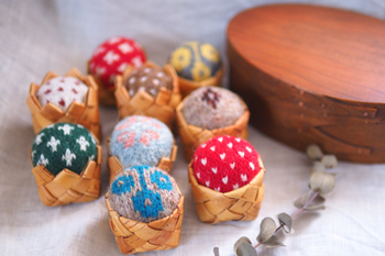 小さなかごに手編みのピンクッションをいくつか入れておけば、ほっこりあたたかい雰囲気で、寒い季節のお裁縫時間にもぴったりです。