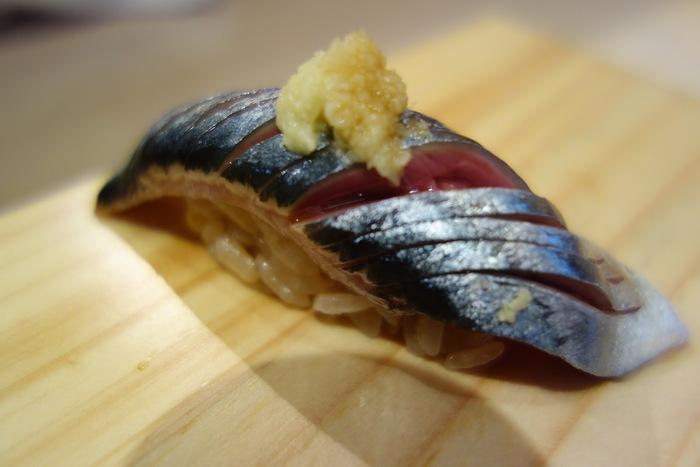 こちらの握りは、シャリが小さめで赤酢を使っているのが特徴。ランチでは、おまかせの握り10貫と手巻き寿司1本のセットが人気です。たとえば、秋なら秋刀魚。脂ののった秋刀魚をおろしたての生姜がぴりりと引き締めてくれます。