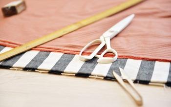 """お裁縫で使う鋏(はさみ)は大きくわけて2種類。 布をジョキジョキとカットする""""裁ち鋏(たちばさみ)""""と縫い糸を切ったりするときに使う""""糸切りばさみ=握り鋏""""です。"""
