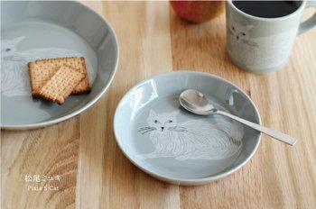 愛くるしいたたずまいになんとも癒される猫のイラストのプレート。シックで落ち着きがありながら、可愛らしくて、使うたびにほっこりした気持ちになりますね。