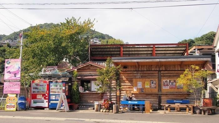 ワクワクしてしまうような木づくりの外観が印象的な「Stamina本舗 Kaya」。日宇駅から歩いて約15分で、駐車場もあるのでアクセス抜群の立地にあります。佐世保バーガーのなかでも人気のお店でテイクアウトのみですが、お店の横のオープンテラスで食べても◎