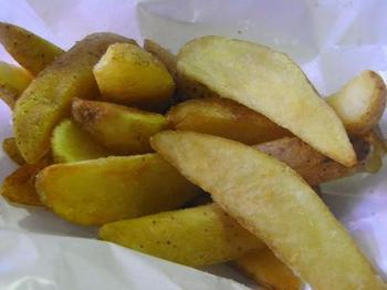 スペシャルバーガーと一緒に食べたいのがフライドポテト。皮つきのポテトは量も多く、ホクホクで食べ応えも満点!