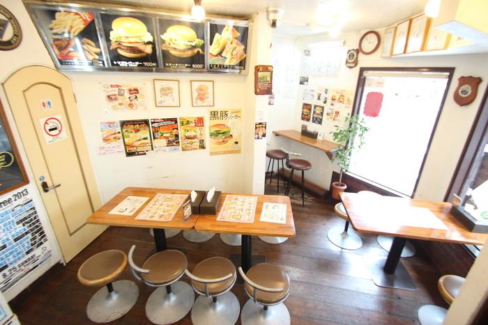 こじんまりと落ち着いた雰囲気の店内。佐世保バーガーはやっぱり熱々で食べるのが一番!大人気店なので来店前に電話をしておくと、スムーズに食べられますよ◎