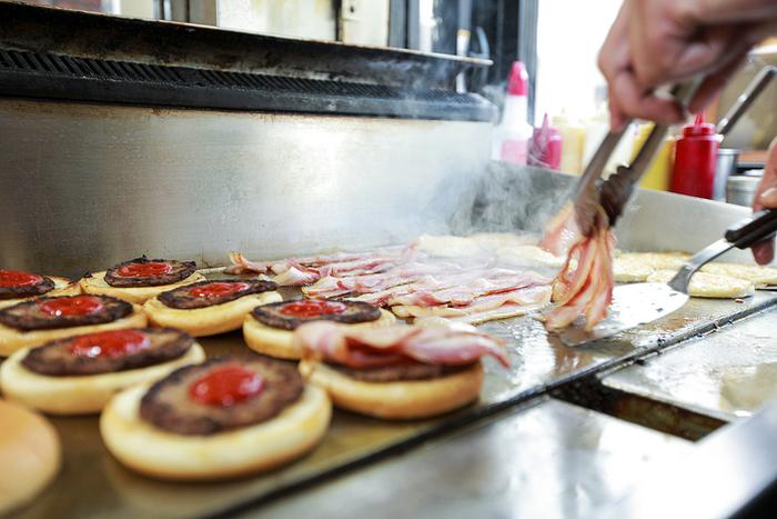"""佐世保バーガーは、佐世保市内にあるバーガーショップで、""""地元の食材を使用"""" """"注文を付けてから作る""""手作りハンバーガーの総称。少々時間は掛かりますが、いつでも出来立て熱々をいただくことができます。"""