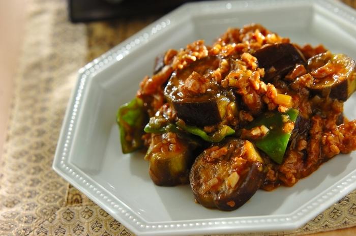 ピーマン、ネギなどの香味野菜と中華調味料をしっかり炒めて作る本格派マーボーナスです。ピリ辛でトロトロのナスの美味しさをたっぷり堪能できます。