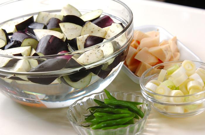 切り終わったらナスをすぐに水に浸してアクを抜いてから調理に使いましょう。変色も防げますよ。