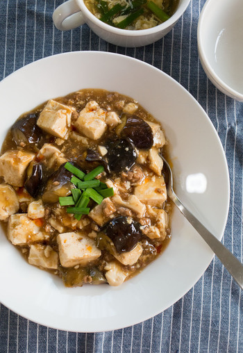 甜麺醤は使わないマーボーナス豆腐。味噌や醤油、砂糖、豆板醤など常備されてる調味料で気軽にチャレンジしてみませんか?