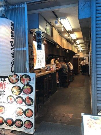 場外にある「築地虎杖 魚河岸千両(うおがしせんりょう)」は、元祖海鮮ひつまぶしのお店として知られています。有名人も多く訪れるという人気店は、カウンターとテーブル席のシンプルなレイアウト。