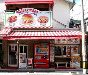 北佐世保駅から歩いて15分の場所にある「misa*rosso」は、地元の方からも人気が高い、ちょっぴりレトロな雰囲気が素敵なバーガーショップです。元々人気のお店でしたが、メディアで紹介されて以来、人気が爆発!以前は魚屋だったという、なんとも異色なお店です。