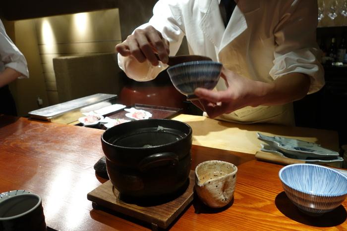 ランチでは、京都米の釜炊き白米やお造り、出し巻玉子などもいただけます。炊きたての土鍋ごはんは、お米の甘みと旨みを存分に味わえます。モダンな店内でいただく上質なランチ、ぜひ大切な日に訪れてみてはいかがでしょうか?