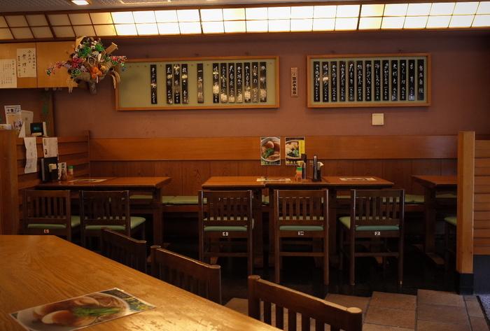 カウンターとテーブル、お座敷のある店内は昔ながらのおそば屋さんの雰囲気がそのまま残っています。広くて清潔感があり、女性同士で訪れているお客さんも多いんですよ。