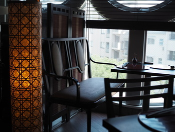 ダークブラウンの家具やデザインの凝ったライトなど従来の「うなぎ屋さん」のイメージを覆す、和モダンな雰囲気がおしゃれな店内。