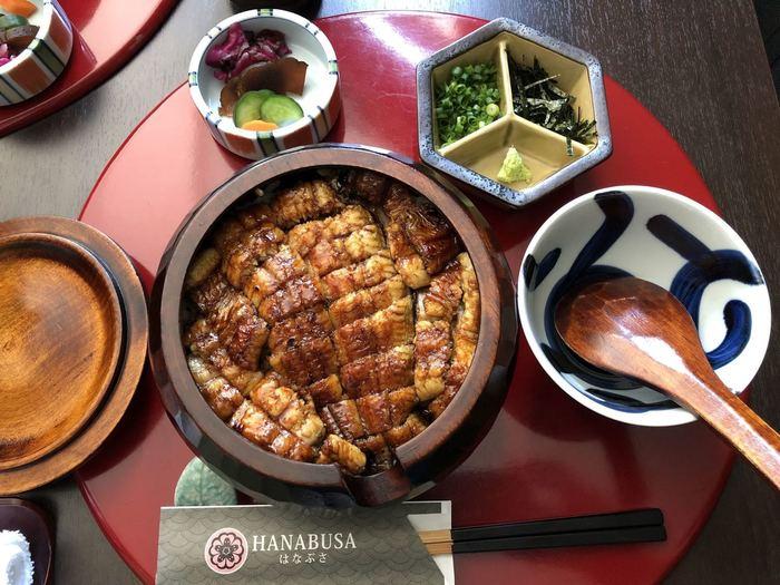 """蒸さずに焼く""""地焼き""""という名古屋伝統のスタイルで焼き上げたうなぎは、皮がパリパリで身がふっくらしているのが特徴。1膳目はそのまま、2膳目は薬味をのせて、3膳目はお出汁をかけてお茶漬け風にといくつもの味わいを楽しみましょう。"""