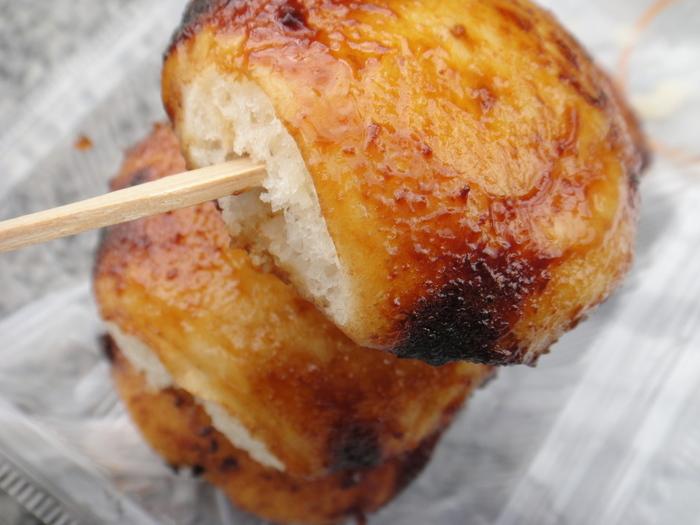 蒸した饅頭を竹串に刺し味噌だれをつけて焼く、群馬の郷土食として有名な「焼きまんじゅう」。前橋や桐生、伊勢崎、太田などで食べられますが、お土産としても人気です。