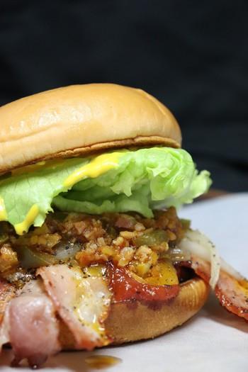 佐世保バーガーは、この味だけという決まりがないので、バーガーショップによってオリジナリティのある個性的なバーガーが生み出されています。それも佐世保バーガーの魅力のひとつ。色んなバーガーショップの食べ比べも楽しめそうですね!