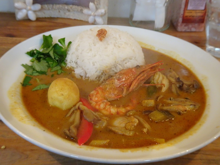 タイ風モルディブ寄りシーフードココナッツカレーは、カツオ出汁が決め手で海老が丸ごと一匹入っています。ちなみに、もっと辛いカレーがいい!という場合は、青唐辛子を10本まで無料で追加することができますよ。