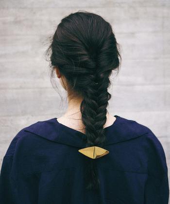 存在感のあるヘアアクセサリーはそれだけでおしゃれに見せてくれます。シンプルファッションの時こそヘアアクセサリーをプラスするのがおすすめ。