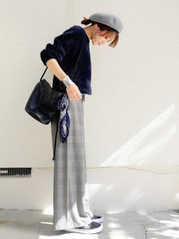 スカーフが1枚あると顔周りだけでなくバッグのアクセやヘアアクセとしてなど幅広く使えてとっても便利!