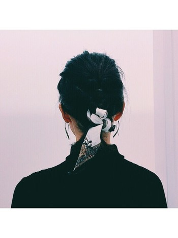 小ぶりなスカーフはヘアアクセとしてもぴったり。ぱぱっとまとめた髪もスカーフパワーでワンランク上の垢抜けスタイルに。