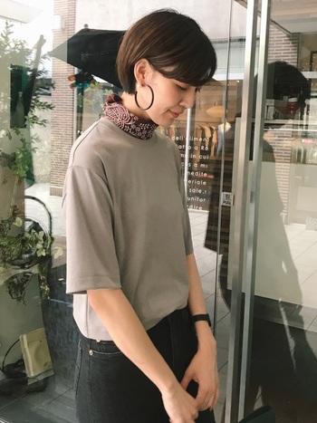 トレンドのビッグシルエットTシャツに合わせて、タイト&コンパクトに巻くとすっきりして見えますね。ショートヘアーや大ぶりのピアスとも相性◎