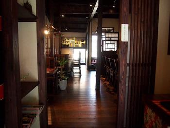 昔懐かしい古民家ならではの雰囲気を感じられる店内。アンティークの家具もあり、なんとも味のある雰囲気を醸し出しています。