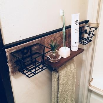 小さなワイヤーバスケットが余っていれば、壁面収納に素敵なラックを作ってみませんか? 板に取り付けるだけでも良いのですが、タオルバーラックと組み合わせれば吊るす収納も叶います。