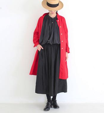 やわらかで風合い豊かなリネンのブラウスとギャザースカートを合わせたセットアップ風コーデ。ギャザーがボリュームたっぷりに広がり、スカートにきれいなシルエットを作り出してくれます。赤いシャツワンピをさらりと羽織って、黒×赤の潔い着こなし。