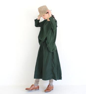 深みのあるグリーンがきれいなプルオーバーとスカートの着こなし。同じ色合いでセットアップのように着こなせます。淡いグレーやベージュ、ブラウンの小物との色合わせも絶妙です。
