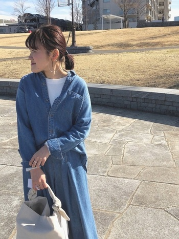デニムシャツ×デニムスカートのコーデ。デニムのブルーは取り入れやすく、白Tが顔周りをパッと明るく見せてくれます。