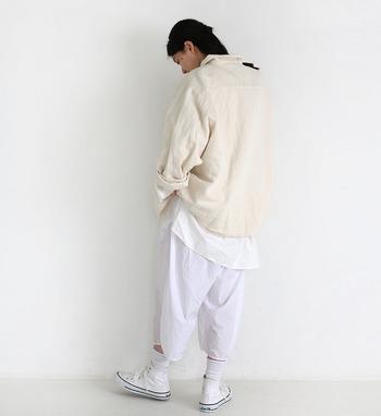 やわらかく淡いベージュに清潔感のあるホワイトを合わせた着こなし。メンズライクな雰囲気も素敵な爽やかな着こなし。