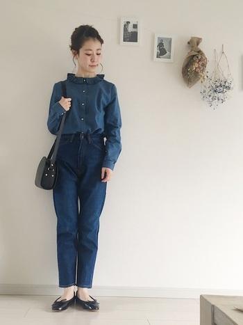 フリルの衿がキュートなデニムシャツに、パンツもデニムを合わせたスッキリとした着こなし。デニムonデニムには、甘めの小物をプラスして可愛らしく。