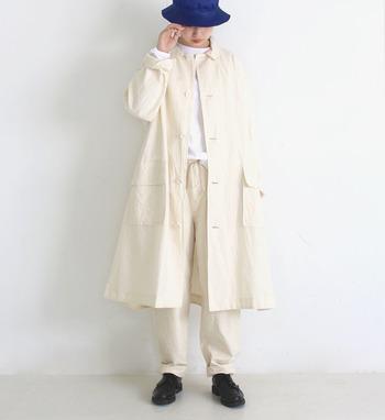 白シャツ×ホワイトパンツに、白コートをon。ボトムとアウターのシルエットを変えてあげるだけで、やぼったくならず上品に仕上がります。