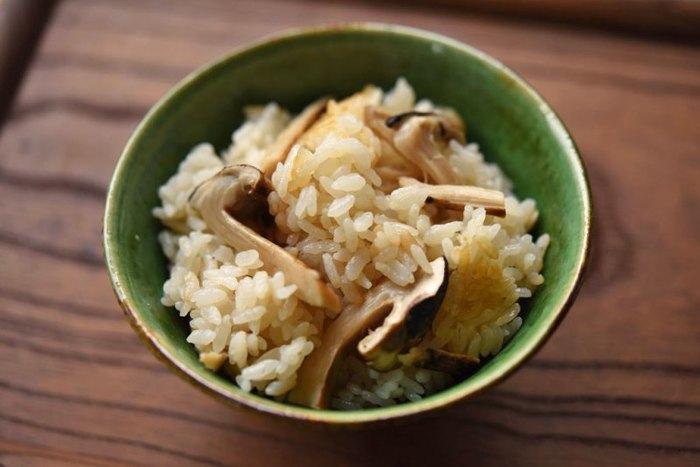 秋の味覚の王様「松茸」。しょっちゅう作ることはできないからこそ、美味しく炊き上げたいですよね。松茸の味と香りを引き出すためには昆布だしが一番。他の具材は一切加えず、松茸のみを存分に味わうレシピです。