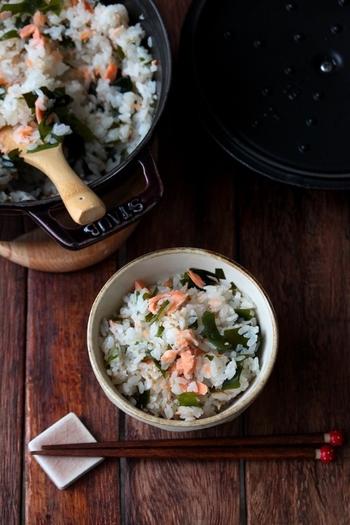 鮭も秋に食べたい味覚の1つ。材料をごはんの上にぽんと乗せて炊くだけの簡単レシピ♪オイルを入れて炊くと冷めても美味しく、おにぎりやお弁当にもおすすめです。