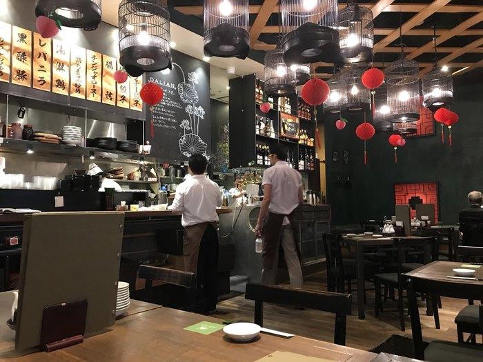 黒と赤を基調としたモダンな店内は、格子状の天井板や鳥かごモチーフの照明などユニークです。テーブル席の他にソファ席もあります。