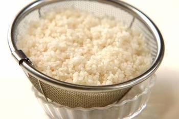 研いだお米を吸水させずに調味料を入れて炊いてしまうと、塩分や糖分が邪魔をして水を吸わなくなってしまいます。芯が残ったり味が濃くなったりするので、しっかり吸水させてからザルで水を切り、味つけした水で炊き上げましょう。