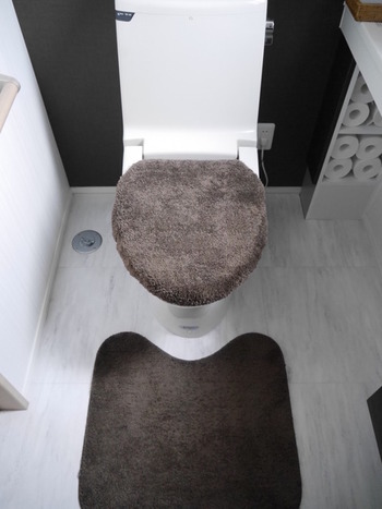 トイレマットを置いたら、気になるのが見えない汚れ。洗濯は最低でも週1〜2回はした上で、より除菌などを行いたい場合は酸素系漂白剤を使用すれば仕上がりもよくなります。臭いが気になる場合はクエン酸水でつけ置き洗いをしてから洗濯するようにすれば、においを元から取り除く事ができますよ◎