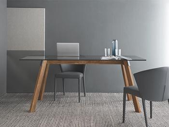 洗練された高級ホテルのようなモダンなダイニングを目指すなら、天板がガラス製または鏡面仕上げのダイニングテーブルを選んでみては?重厚感がありデザイン性の高いテーブルは、インテリアの主役になりますね。