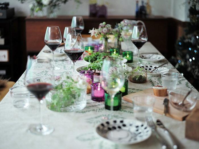 もしも、ホームパーティーや親戚など頻繁にお客様が訪れるようなお家なら、家族の人数分以上の大きさがBEST。これを考えずに小さめのテーブルを選んでしまうと、あとでサイドテーブルを買う必要が出てくるかもしれません。