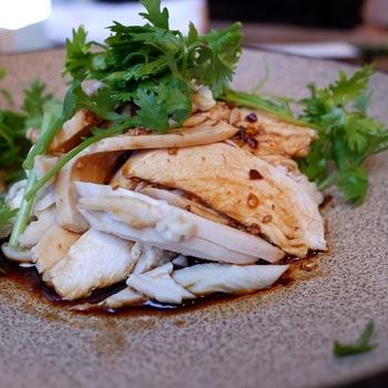 最近話題の「よだれ鶏」などのメニューも充実。蒸し鶏にピリ辛ソースをかけ、たっぷりのパクチーと一緒にいただきます。他にも、炒めものや麺類、ごはん類も揃っていますよ。