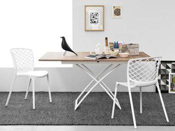 折りたたみ式やサイズの変更可能なテーブルを選ぶのも、賢い選択。さらに、アウトドア用の折りたたみテーブルを購入するというアイディアも。