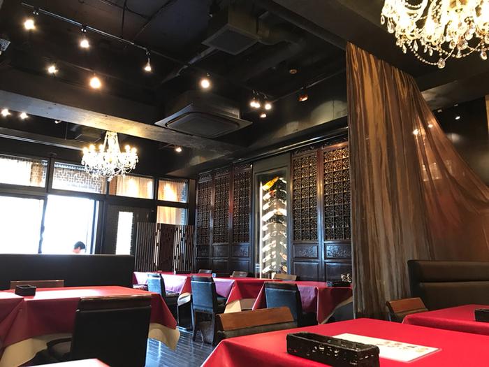 シックな中に深い赤のテーブルクロスがアクセントになった店内。天井も4メートルあり、ビルの中とは思えないほど贅沢な空間です。