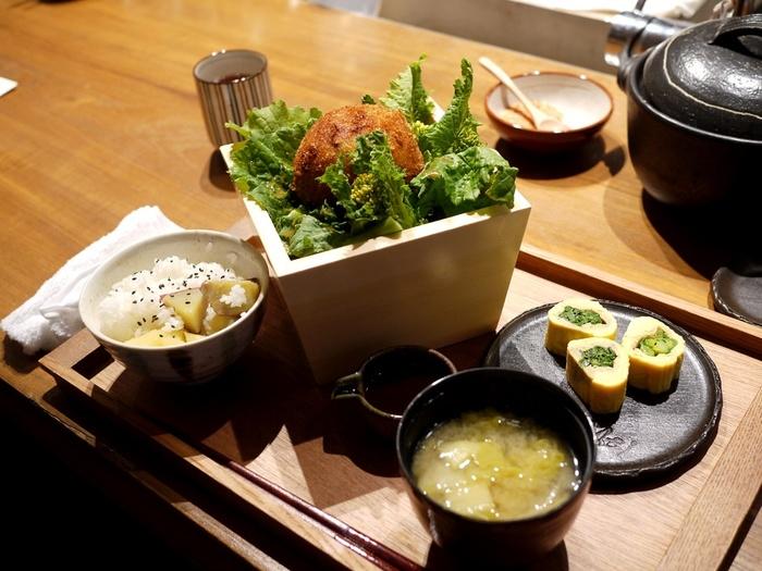 季節のお野菜を使った定食ランチもおすすめで、「鶏と豆腐のふわふわメンチカツ」などヘルシーでおなかが満足できるメニューもたくさん。お野菜で季節を感じられるのも魅力です。