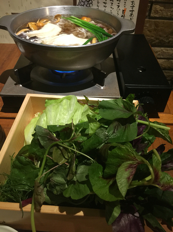 お店のイチオシランチが「野菜しゃぶしゃぶ」です。特製のお出汁に契約農家から届いた新鮮野菜をさっとくぐらせると、こんなにたっぷりのお野菜もぺろりと食べられます。火の通し加減やお野菜を入れる順番はスタッフの方が丁寧に教えてくれるので安心です。