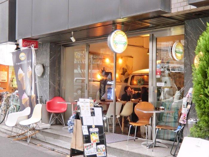 芋洗坂通り沿いの「cafe Frangipan(カフェ フランジパニ)」はワンプレートランチがおいしいと評判。麻布十番と六本木、どちらの駅からも歩いて5分程度とアクセス良好で、待ち合わせにも便利。路地裏にあって、のんびりランチやお茶をしたい時にぴったりです。