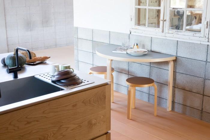 賃貸アパートなどコンパクトな場所にもぴったりのartek半円テーブル。パステルカラーの天板は、お部屋の主役間違いなしですね。家族が増えてもサイドテーブルとして使える可愛らしさ!
