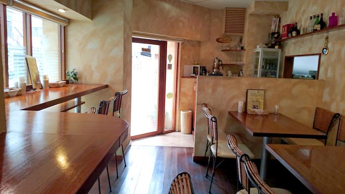 カウンターとテーブル席のこじんまりとした店内。ベージュを基調とした壁や家具が明るく気持ちがよく、女性ひとりでも入りやすい雰囲気が人気です。