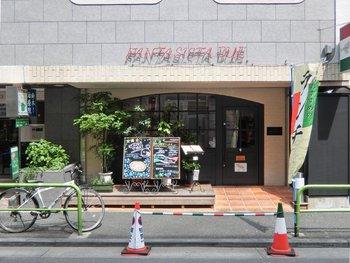 麻布十番の駅を出てすぐのところにある「Pizzeria Fantasista due(ファンタジスタ ドゥエ)」。オープン以来、度々メディアでも紹介される人気のピッツェリアです。