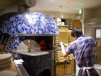 こちらは、湯島に1号店を構えるお店の2号店。店長は、ナポリピッツァ職人コンテストのクラシカ部門で日本一を獲得した実力の持ち主。大きな焼き窯で焼き上げるピザは絶品!と、はるばる遠方から訪れる方もいるほど。